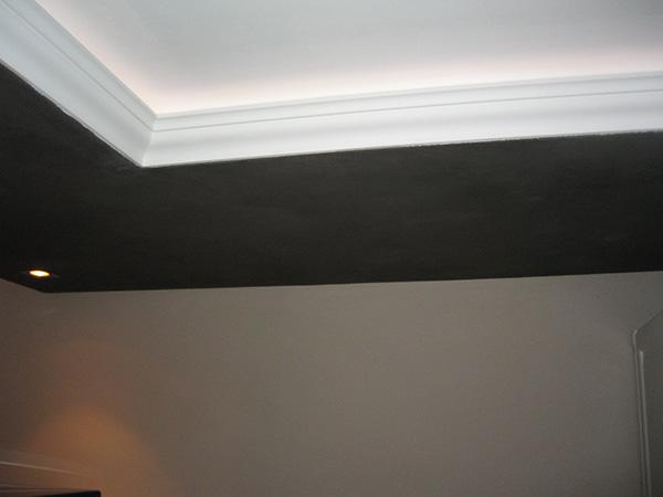 Styling van plafond en wanden met sierlijsten geeft de for Plafond sierlijst